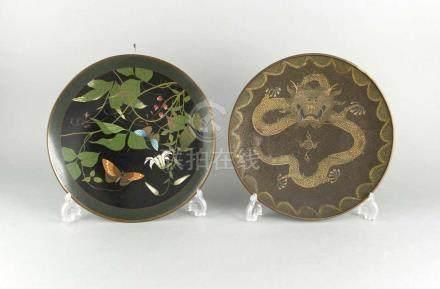 2 Teller, China und Japan, um 1900, Cloisonné mit Schmetterlingen (unterseitig stark besch.) sowie