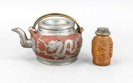 Yixing Teekanne mit Zinnmontierung, China, 19. Jh., rot-braune Keramik, bauchige Form, getreppter