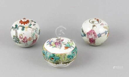 Drei chinesische Deckeldosen, 19. Jh., polychrome Aufglasurfarben, ber., H. 5,5 bis 8 cm Three