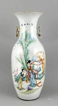 Bodenvase, China, 20. Jh., polychrome Aufglasur-Malerei, zwei junge Frauen im Garten, Kalligrafie,