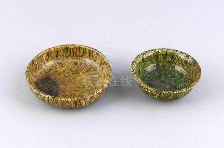Zwei Schalen, Keramik, China, Glasur in marmorierter Optik, leicht best., D. 8,5 und 10,5 cm Two