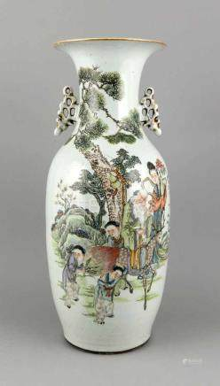 Chinesische Bodenvase, 20. Jh., polychrome Figurengruppe vor großer Kiefer, Kalligrafie,