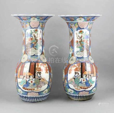 Paar japanische Bodenvasen (Arita?), Bauch und Hals von jeweils zwei Kartuschen unterteilt, Bauch