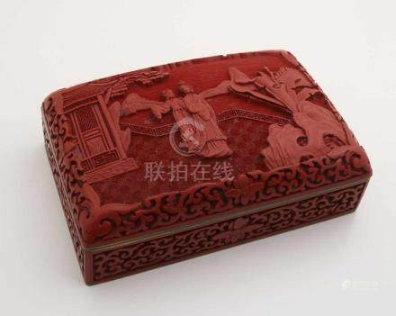 Rote Schnitzlackdose, China/Japan, 20. Jh., Messingkorpus, Innenseite blau emailliert,