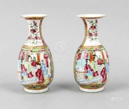 Paar Vasen, China, 1. H. 20. Jh., Korpus mit Kartuschen die Palastszenen zeigen, Hals mit Blumen auf