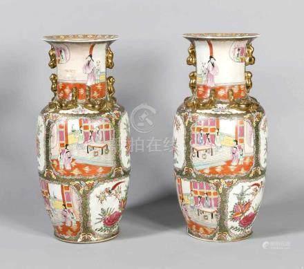 Paar Bodenvasen. China, 1. Hälfte 20. Jh., Korpus dekoriert mit Palastszenen in Kartuschen, auf