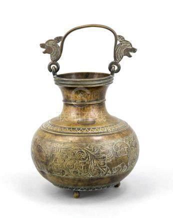 Persische Schatulle, 19./20. Jh., Gelbguss, bauchige Henkelkanne auf drei gestreckten Kugelfüßen,