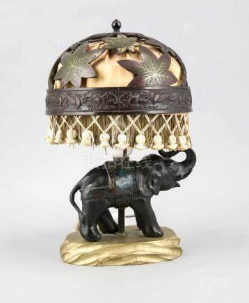 Lampe mit Elefant auf goldstaffierter Holzplinthe, Mitte 20. Jh., Schirm aus durchbrochenem