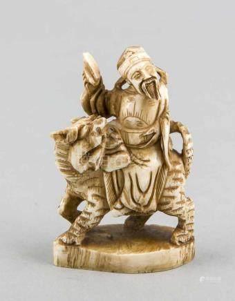 Kleine Elfenbeinschnitzerei, China, um 1900, reitender Mann auf Raubkatze, H. 8 cm Small ivory