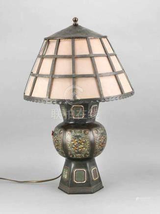 Als Tischlampe montierte Champlevévase, China, um 1920, 2-flg., elektr., Bronze mit polychromen