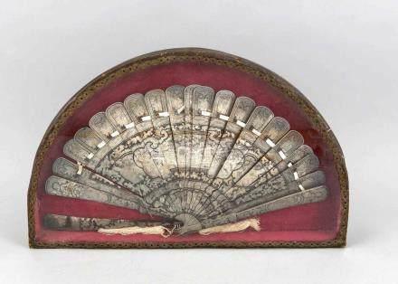 Brisé-Fächer, 1. H. 19. Jh., Schildpatt mit Silberstaffierung, in halbrundem Schaukasten hinter