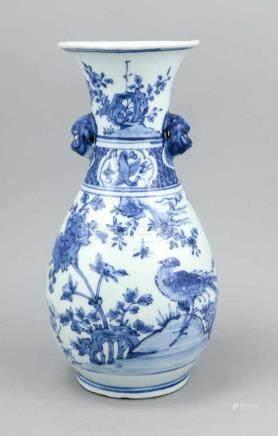 Blau-weiß-Vase, China, 19./20. Jh., bauchiger Korpus, am Hals mit zwei Applikationen in Form von