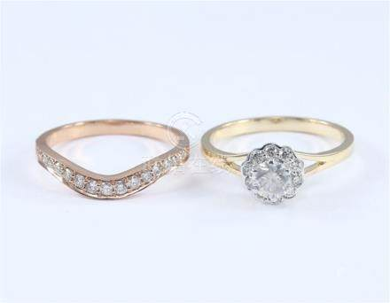 18 K / 750 Yellow Gold and Rose Gold Set of 2 Solitaire Diamond Ring with side Diamonds