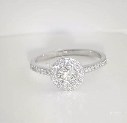 14 K / 585 White Gold Solitaire Diamond Ring with Side Diamonds