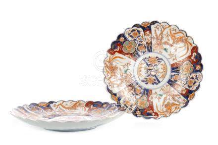 PAIR OF EARLY 20TH CENTURY JAPANESE IMARI PATTERNED CIRCULAR PLAQUES with scalloped rims, painted