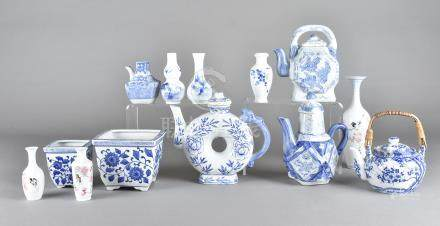 A quantity of modern Chinese blue and white ceramics