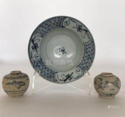 A Chinese porcelain blue and white cargo bowl, the