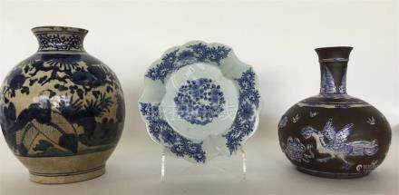 A Chinese-style oviform porcelain vase painted in b