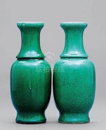 清 哥地綠釉瓶 一對
