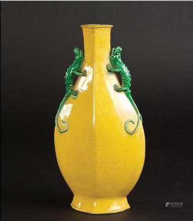 黄釉双蜥耳菱型瓶