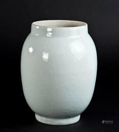 白釉暗刻花鸟纹瓶