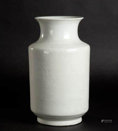 白釉暗刻花卉纹直筒撇口瓶