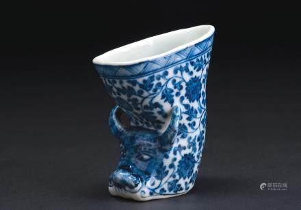 青花花卉纹瓷角杯