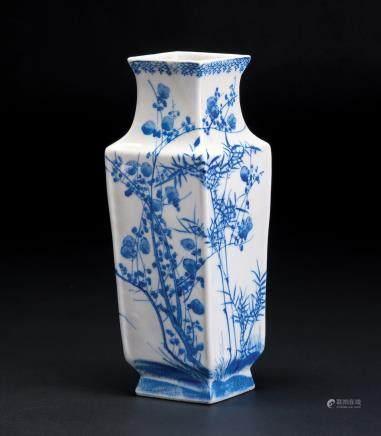 青花花卉纹菱形瓶