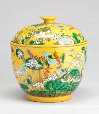 黄地珐琅彩荷塘纹盖罐