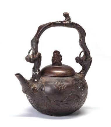 铜雕猴戏壶