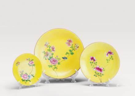 黄地轧道花卉纹盘一组