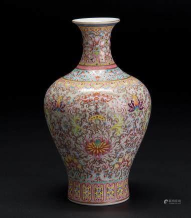 粉彩锦地描金花卉纹瓶