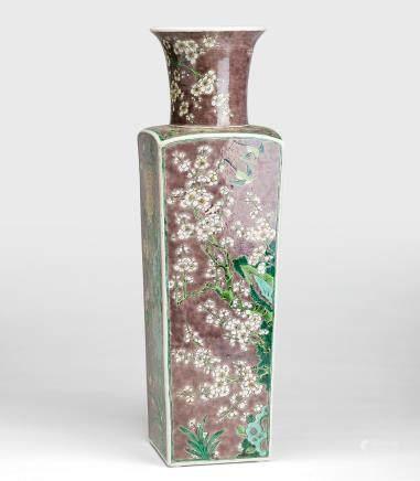 墨地素三彩花卉纹四方瓶