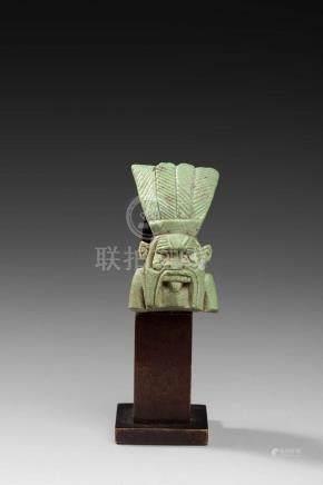 BèsAmulette de divinité représentant un buste de Bès tirant la langue et coiffé de plumeAnne