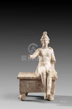 Statuette féminine représentant un personnage assisTerre cuiteRestes d'engobe blanc et de po