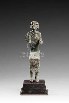 StatuetteReprésentant un personnage assis et faisant un geste de paix (?)La robe est ornée d