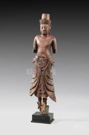 Vishnu debout, les deux mains érodéesLa tête est surmontée d'une tiareBois traces de laqueCa