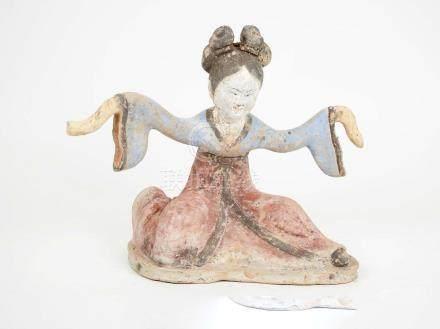 Danseuse en position de réverranceTerre cuite à engobeChine, Dynastie Tang 618-907 ap J.-C.H