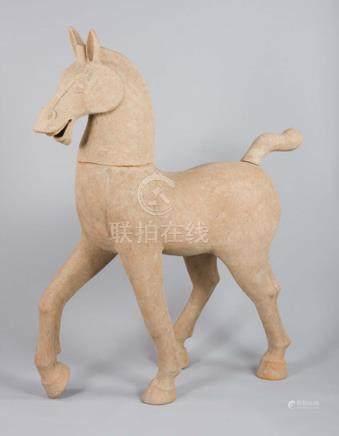 Grand cheval hennissantTerre cuite ocreLa tête et la queue sont amovibles Chine, dynastie Ha