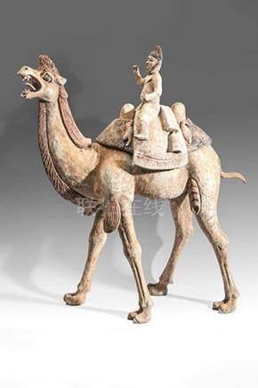 Important chameau de Sogdiane et son chamelierTrois élémentsTerre cuite ocre à engobe et tra