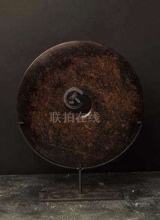 Disque BiObjet de lettré symbolisant le lien entre terre et cielJadéïte lisse brune ChineDia