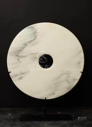 Disque BiObjet de lettré symbolisant le lien entre terre et cielJadéïte lisse blanche tachet