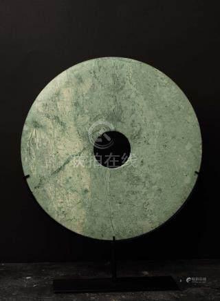 Disque BiObjet de lettré symbolisant le lien entre terre et cielJadéïte lisse verte marbréeC