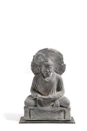 Bodhisatva auréolé assis sur un trôneIl porte le drapé utarasanga Il tient ses mains en dhay