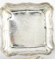 Jatte carrée en argent. Paris 1766-1767. Le bord à contours et moulures de filets. elle est