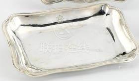 Petit plat rectangulaire en argent. Paris 1762-1763 Le bord à contours et moulures de filets