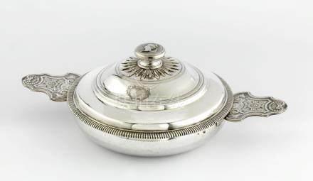 Ecuelle couverte en argent. Paris 1732-1733 Les oreilles à contours sont soulignées d'une mo