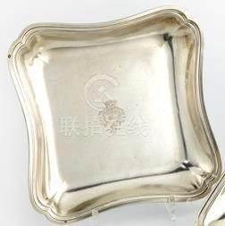 Jatte carrée en argent. Paris 1767-1768 Le bord à contours est souligné d'une moulure de fil