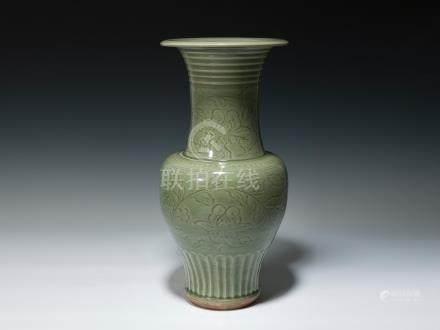 明 龍泉釉纏枝蓮紋鳳尾瓶