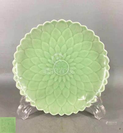 A BLOSSOM PATTERN PLATE WITH QIANLONG MARK